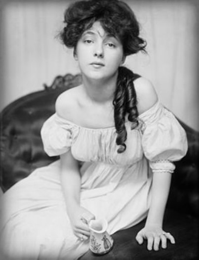 Black and white photograph of Evelyn Nesbit c. 1902. Image: Wikipedia.